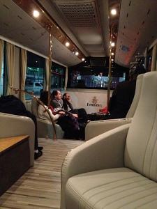 El bus del avión a la terminal, en Dubai